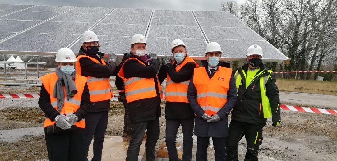 Pose du premier module du parc photovoltaïque de Laudun l'Ardoise